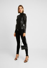 Gina Tricot - EXCLUSIVE HOLLY GLITTER POLO - Blůza - black - 1