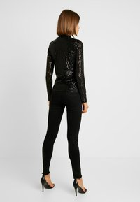 Gina Tricot - EXCLUSIVE HOLLY GLITTER POLO - Blůza - black - 2