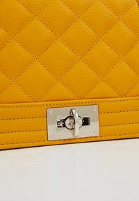 Gina Tricot - MIA BAG - Handtasche - mustard - 6