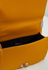 Gina Tricot - MIA BAG - Handtasche - mustard - 4