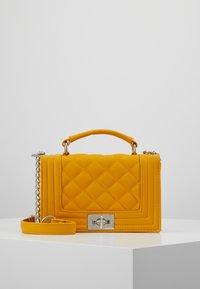 Gina Tricot - MIA BAG - Handtasche - mustard - 0