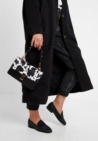 Gina Tricot - JONNA BAG - Handtasche - black/white - 1