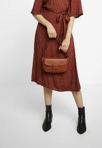 Gina Tricot - ZOEY BAG - Handtasche - conjac - 1