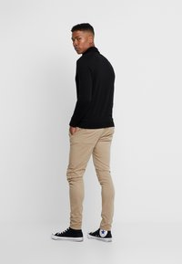 Gianni Kavanagh - BLACK CHINO PANTS - Chino - camel