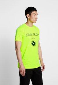 Gianni Kavanagh - HYBRID LOGO TEE - Triko spotiskem - neon yellow - 0