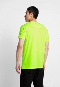 Gianni Kavanagh - HYBRID LOGO TEE - Triko spotiskem - neon yellow - 2