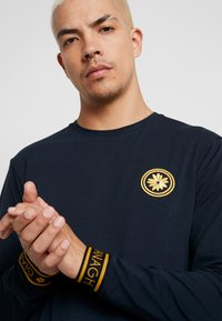 Gianni Kavanagh - NAVY GOLDEN CIRCLE LONG SLEEVE TEE - Pitkähihainen paita - navy