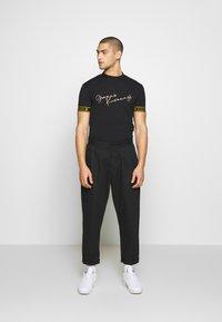 Gianni Kavanagh - TURTLENECK SIGNATURE TEE - Print T-shirt - black - 1