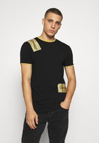 Gianni Kavanagh - TEE WITH STICKER - T-shirt imprimé - black - 0