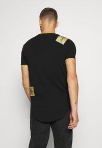 Gianni Kavanagh - TEE WITH STICKER - T-shirt imprimé - black