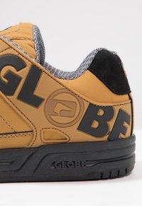 Globe - TILT - Skeittikengät - wheat/black - 5