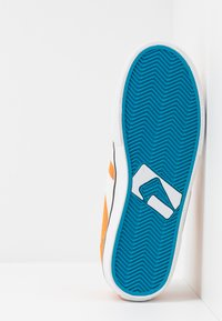 Globe - ENCORE - Skateboardové boty - orange/white - 4