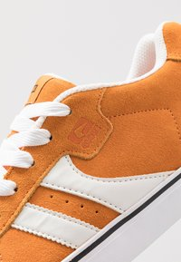 Globe - ENCORE - Skate shoes - orange/white - 5