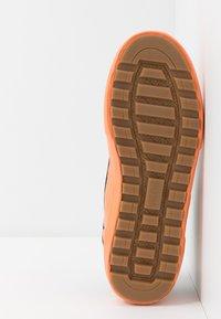 Globe - MOTLEY MID - Skate shoes - black/orange/mudguard - 4