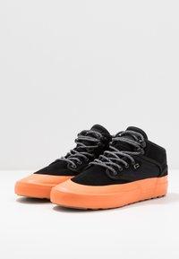 Globe - MOTLEY MID - Skate shoes - black/orange/mudguard - 2