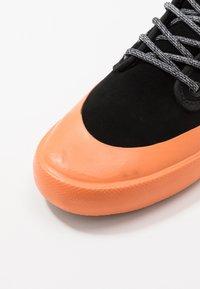 Globe - MOTLEY MID - Skate shoes - black/orange/mudguard - 5