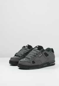 Globe - SABRE - Skateschoenen - charcoal/black - 2