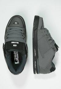 Globe - SABRE - Skateschoenen - charcoal/black - 1