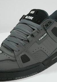 Globe - SABRE - Skateschoenen - charcoal/black - 5