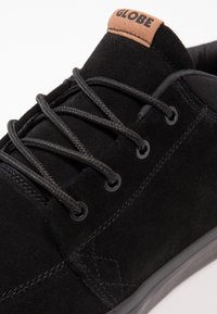 Globe - CHUKKA - Matalavartiset tennarit - black - 5
