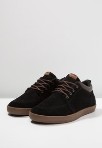 Globe - CHUKKA - Trainers - black/tobacco - 2