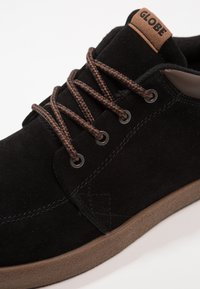 Globe - CHUKKA - Trainers - black/tobacco - 5