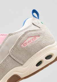 Globe - CT-IV CLASSIC - Skate shoes - silver birch/pink - 6