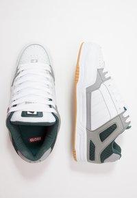 Globe - TILT - Skatesko - white/grey/green - 1