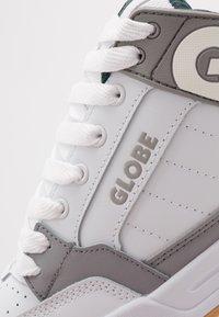 Globe - TILT - Skatesko - white/grey/green - 5