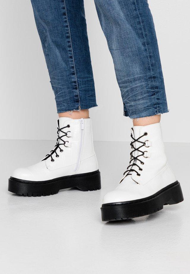Kotníkové boty na platformě - white