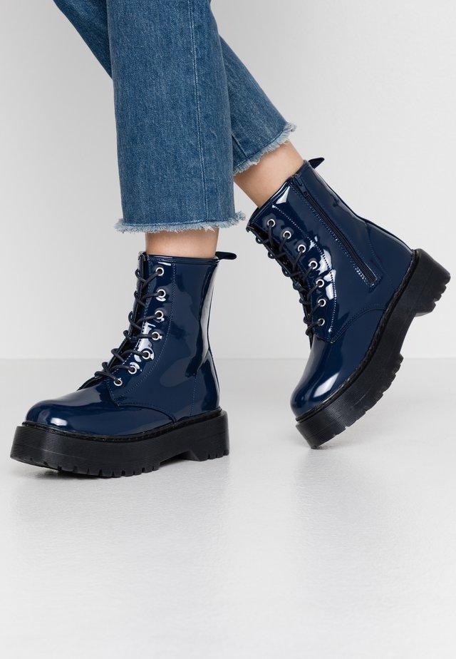 Kotníkové boty na platformě - navy