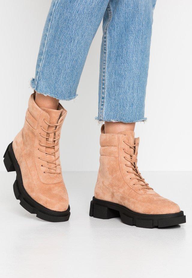 Kotníkové boty na platformě - tan