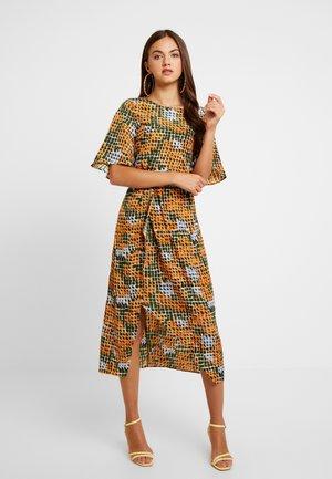 Denní šaty - orange green geometric