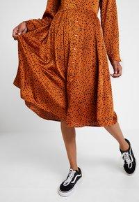 Glamorous - Denní šaty - cognac/black - 4