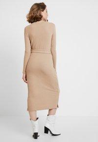 Glamorous - LONG SLEEVE BELTED DRESS - Žerzejové šaty - camel - 3