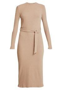 Glamorous - LONG SLEEVE BELTED DRESS - Žerzejové šaty - camel - 0