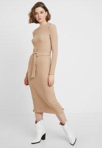 Glamorous - LONG SLEEVE BELTED DRESS - Žerzejové šaty - camel - 2