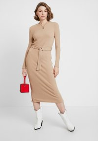 Glamorous - LONG SLEEVE BELTED DRESS - Jerseykjole - camel - 1