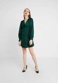 Glamorous - BLACK FRIDAY LONG SLEEVE DEEP V NECK DRESS - Denní šaty - dark green - 2