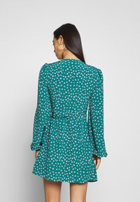 Glamorous - CARE FLORAL WRAP DRESS - Kjole - green ditsy - 2