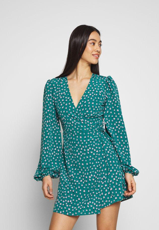 CARE FLORAL WRAP DRESS - Vardagsklänning - green ditsy