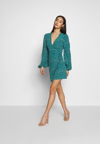 Glamorous - CARE FLORAL WRAP DRESS - Kjole - green ditsy - 1