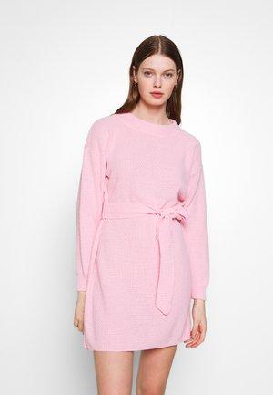 DRESS WITH BELT - Stickad klänning - pale pink