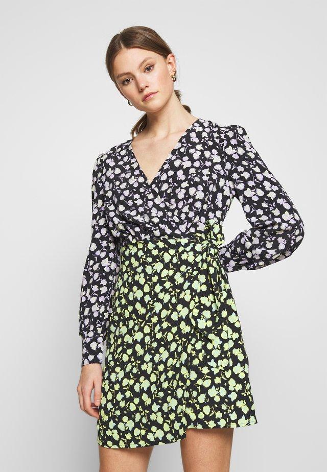 MIX PRINT WRAP DRESS - Freizeitkleid - lilac/green