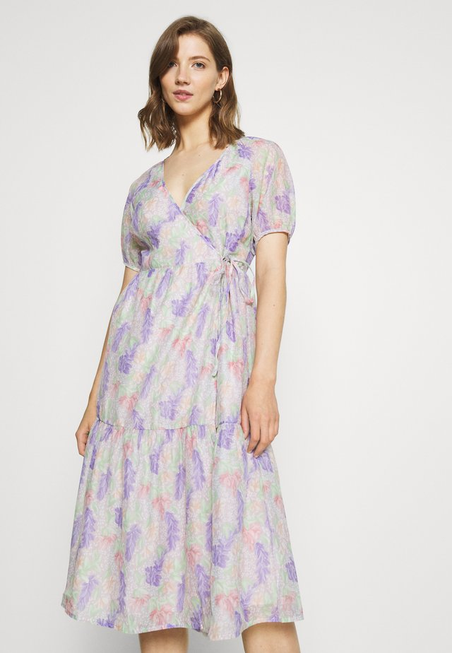 V NECK MIDI DRESS WITH SIDE TIE - Denní šaty - lilac