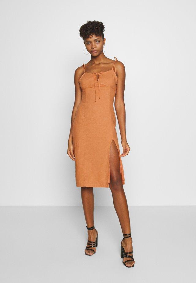 MIDI CAMI DRESS WITH TIE - Korte jurk - apricot
