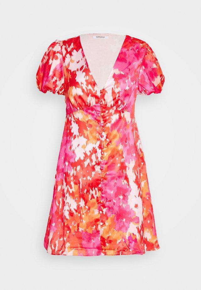 SHORT SLEEVE DRESS WITH BUTTON DETAIL - Denní šaty - pink