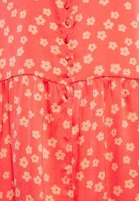 Glamorous - SHORT SLEEVE V NECK MIDI DRESS - Denní šaty - coral/pink - 2