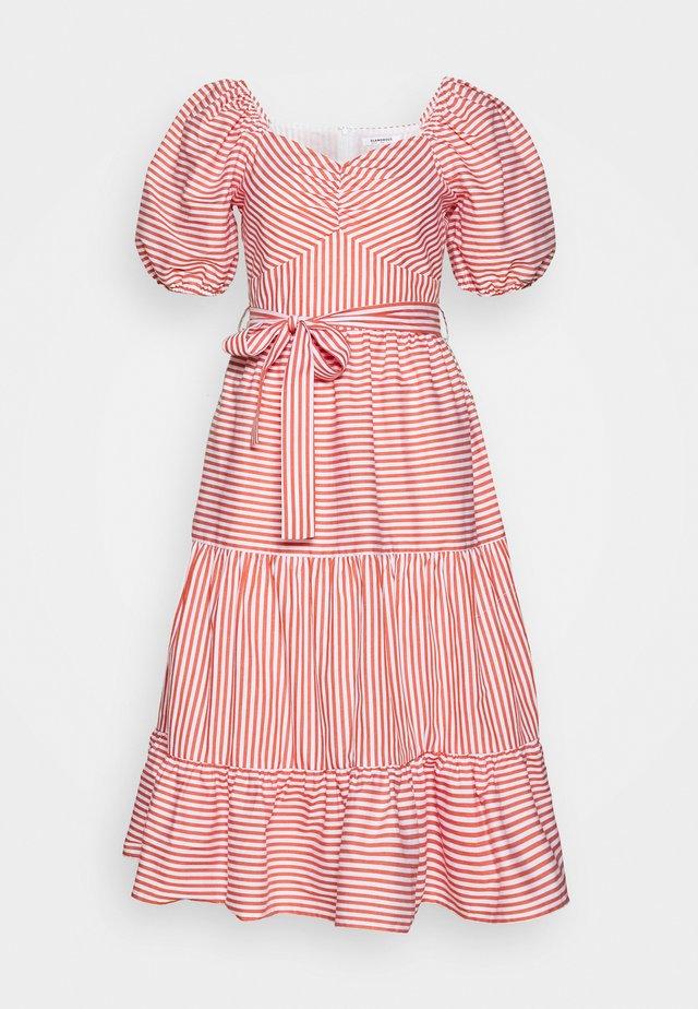 PUFF SLEEVE BELTED TIERED MIDI DRESS - Sukienka letnia - red