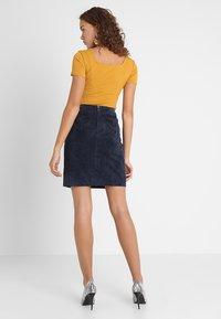 Glamorous - 2 PACK SQUARE NECK BODY  - T-Shirt basic - white/yellow - 2